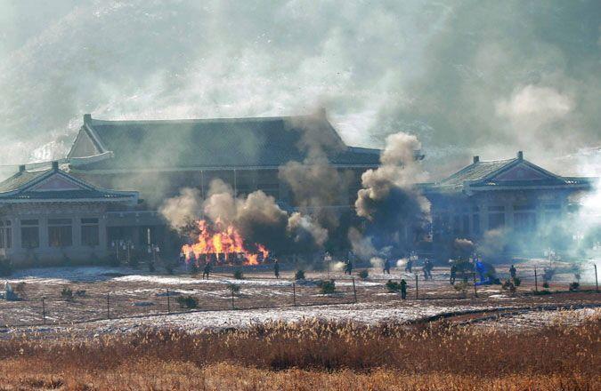 북한 매체들이 2016년 청와대 타격 훈련 사실을 보도하며 공개한 사진. 청와대 모형이 불타고 있다.