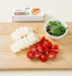 1. 구워먹는 치즈는 도톰하게 썬다. 방울토마토는 반으로 썰고 샐러드 채소는 씻어 물기를 뺀다.