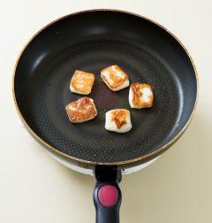 2. 팬을 달구어 구워먹는 치즈를 넣고 센 불에서 1분 정도 굽는다.