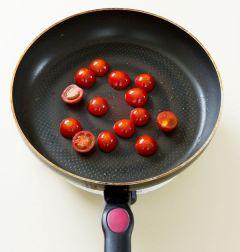 3. 팬에 식용유를 살짝 두르고 토마토를 넣어 센 불에 앞뒤로 노릇노릇하게 구워 소금과 후춧가루로 간을 한다.