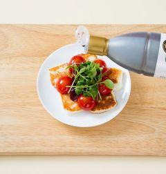 4. 접시에 치즈, 토마토, 샐러드 채소를 보기 좋게 담고 발사믹 식초를 뿌린다.