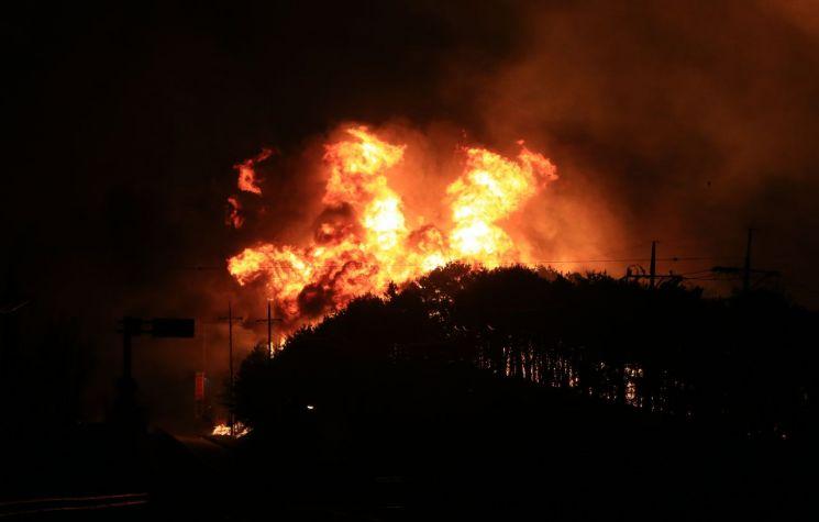 지난 4일 오후 7시17분 강원 고성군 토성면 원암리에서 발생한 산불이 확산하면서 맹렬한 기세로 타오르고 있다. [이미지출처=연합뉴스]