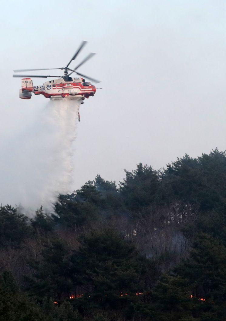 지난 4일 오후 2시45분께 강원도 인제군 남면 남전리 약수터 인근 야산에서 불이 나 산림청 헬기가 진화 작업을 하고 있다. (사진=연합뉴스)