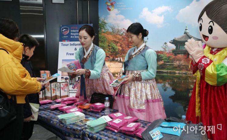 한국관광공사 관계자들이 한국의 관광정보와 문화 등을 홍보하고 있다./인천=김현민 기자 kimhyun81@