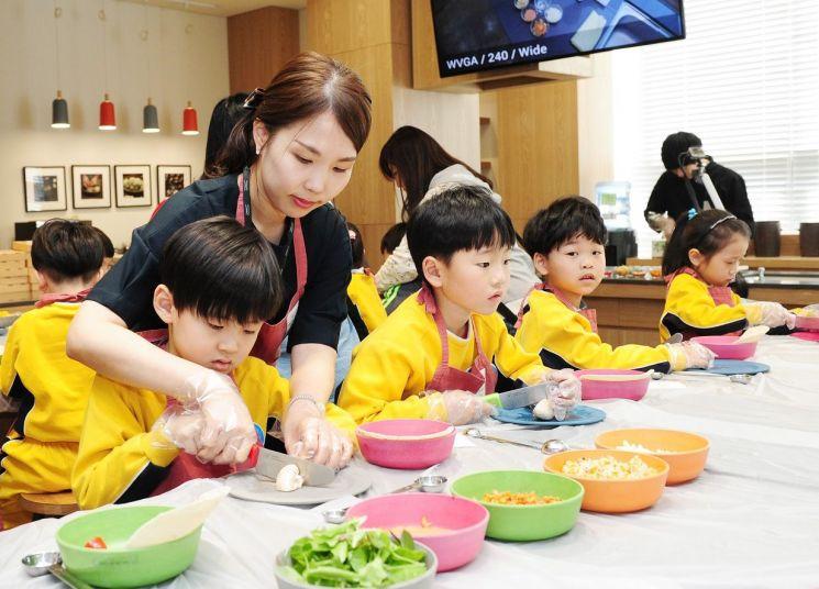 뮤지엄김치간 체험 프로그램에 참여하고 있는 어린이들 모습.
