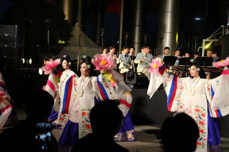5일 저녁 '금천하모니벚꽃축제' 오프닝 무대로 국립전통예술고등학교 학생들이 한국무용을 선보이고 있다.