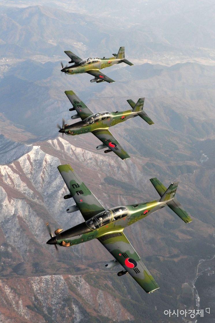 공군 8전투비행단 소속 KA-1 전투기들이 대한민국 영공방위 임무를 수행하기 위해 훈련 비행하고 있다. (사진=대한민국 공군)