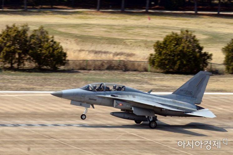 공군 8전투비행단 소속 FA-50 전투기가 비행 훈련을 하기 위해 활주로에서 이륙하고 있다. (사진=대한민국 공군)