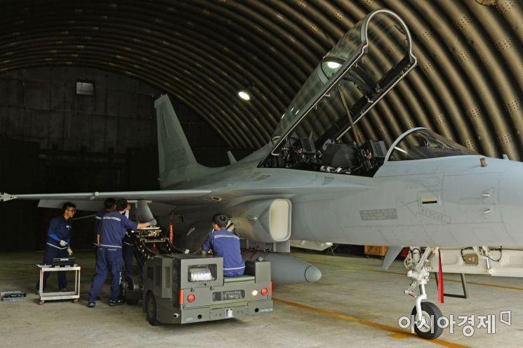 공군 8전투비행단 정비요원들이 FA-50 전투기를 정비하고 있다. (사진=대한민국 공군)