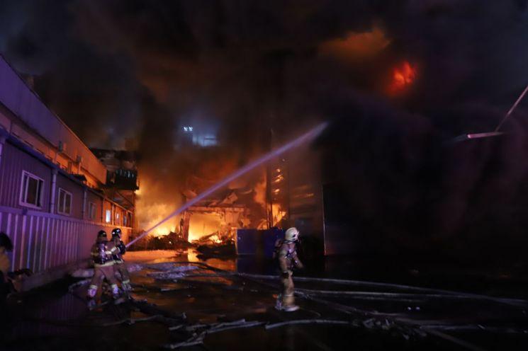 소방관들이 화재를 진압하고 있다. [사진=인천시]