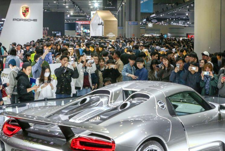 지난달 29일부터 이달 7일까지 개최된 2019 서울모터쇼에 총 63만여명의 관람객들이 모였다. 사진은 관람객들이 부스에서 신차를 둘러보고 있는 사진./사진=서울모터쇼 조직위원회