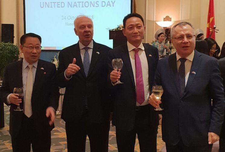 주베트남 김도현 한국대사(왼쪽에서 세 번째)와 김명길 북한대사(왼쪽 끝)는 지난해 10월 24일 베트남 하노이에서 열린 제73회 유엔의 날 기념식에 참석했다. 콘스탄틴 브누코프 러시아 대사(왼쪽에서 두 번째)의 제안으로 성사됐고, 아키프 아이한 터키 대사가 동참했다. <사진=연합뉴스>