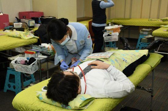 한미약품 임직원이 지난 2일 본사에서 열린 헌혈 캠페인에 참여하고 있다.