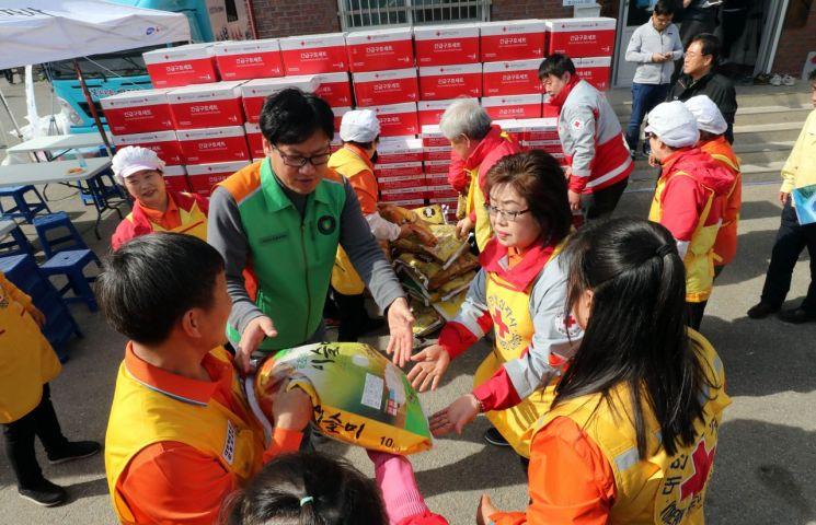 7일 강원 속초시 장사동 장천마을에서 자원봉사자들이 전국에서 답지하는 구호물품을 옮기고 있다. [이미지출처=연합뉴스]
