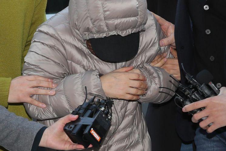 (서울=연합뉴스) 이지은 기자 = 생후 14개월 된 영아를 학대한 혐의를 받는 아이돌보미 김모씨가 8일 오전 서울 양천구 서울남부지방법원에서 열린 영장실질심사에 출석하고 있다. 2019.4.8 8 jieunlee@yna.co.kr