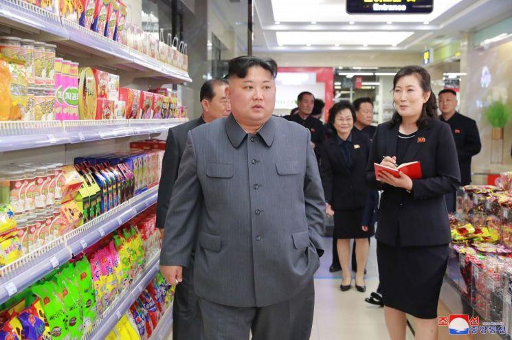 김정은 북한 국무위원장이 개업을 앞둔 평양의 대성백화점을 현지 지도했다고 조선중앙통신이 8일 보도했다.
