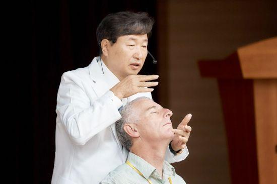 신준식 척추신경추나의학회 명예회장이 '2019 세계수기근골의학연합회 서울 컨퍼런스'에서 추나요법을 주제로 강연을 진행하고 있다.