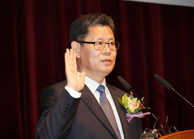 김연철 신임 통일부 장관이 8일 정부서울청사에서 열린 취임식에서 취임 선서를 하고 있다. <사진=연합뉴스>