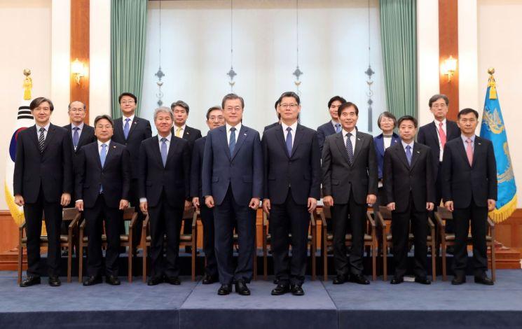 문재인 대통령이 8일 오후 청와대에서 김연철 통일부 장관에게 임명장을 수여한 뒤 기념촬영을 하고 있다.