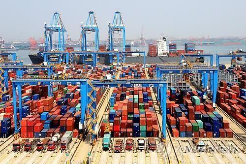 중국 칭다오항의 컨테이너 부두