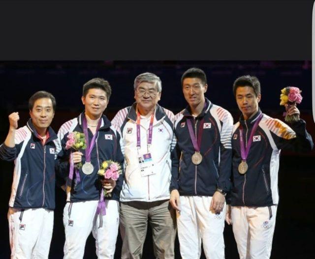 2012년 런던올림픽 남자 탁구 단체전 시상식에서 은메달을 차지한 우리 대표 선수단이 메달을 들고 포즈를 취하고 있다. 왼쪽부터 유남규 감독, 유승민, 조양호 대한탁구협회장, 오상은, 주세혁[사진=유승민 IOC 선수위원 SNS]