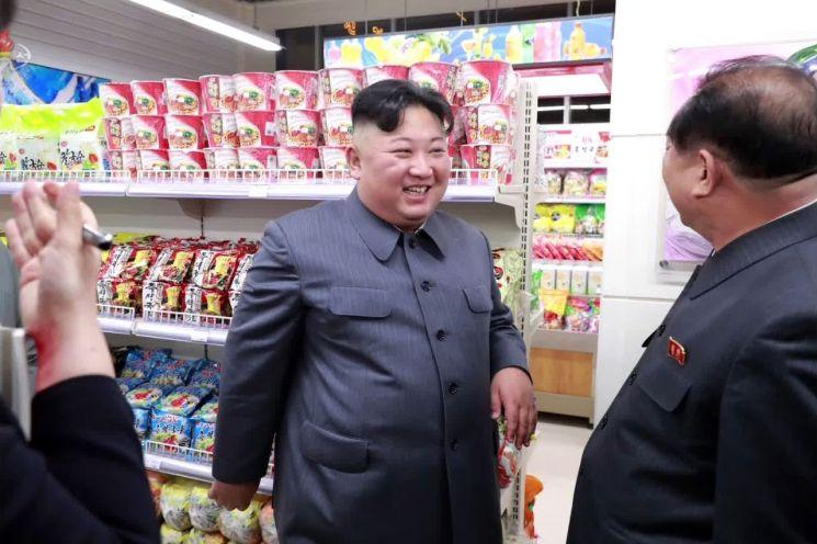 김정은 북한 국무위원장이 개업을 앞둔 평양 대성백화점을 현지 시찰했다고 조선중앙TV가 지난달 8일 보도했다. 사진은 대대적인 리모델링을 끝낸 백화점 내부를 둘러보는 김 위원장의 모습.