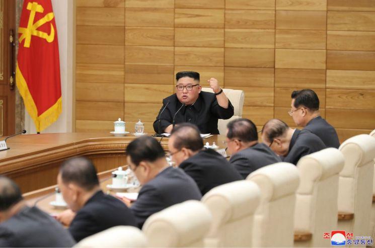 북한 김정은 국무위원장이 지난달 9일 노동당 중앙위원회 본부청사에서 열린 정치국 확대회의에서 발언을 하고 있다.
