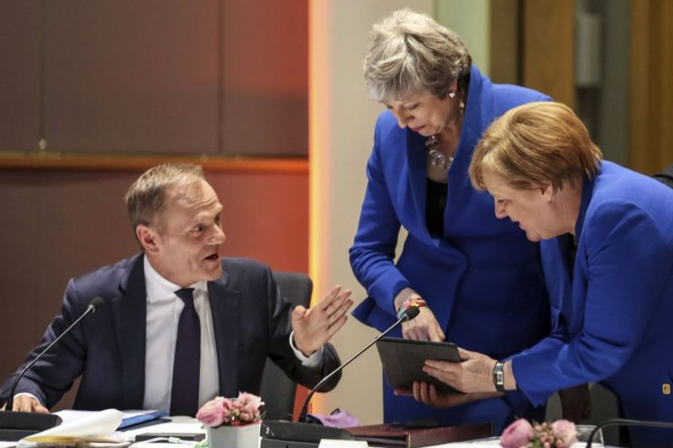 10일(현지시간) 브뤼셀에서 열린 유럽연합(EU) 특별정상회의에 참석한 도날트 투스크 EU정상회의 상임의장(왼쪽)과 테리사 메이 영국 총리(가운데), 앙겔라 메르켈 독일 총리가 대화를 나누고 있다. [이미지출처=AP연합뉴스]