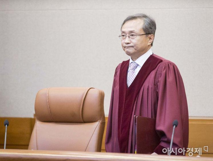 유남석 헌법재판소장이 낙태죄 헌법 위헌 여부를 판결하기 위해 11일 서울 종로구 헌법재판소 대심판정으로 들어서고 있다./강진형 기자aymsdream@