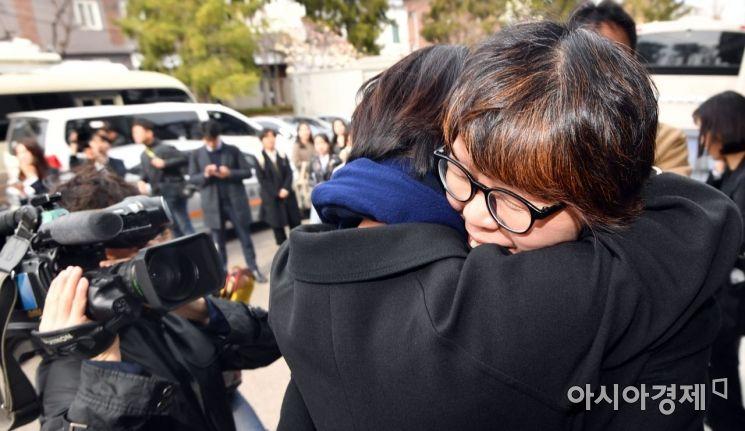 [포토]포옹하는 낙태죄 위헌 소송 대리인