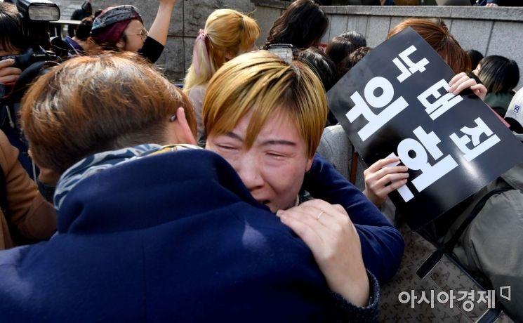 낙태죄 위헌판결이 난 11일 서울 헌법재판소 앞에서 여성단체 관계자들이 눈물을 흘리며 기쁨의 포옹을 하고 있다./강진형 기자aymsdream@