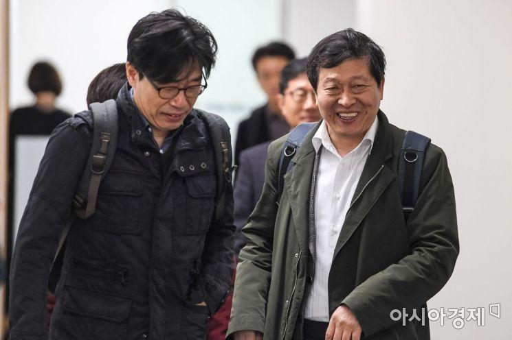 [포토] 회의실 들어서는 박수근 노사관계위원장