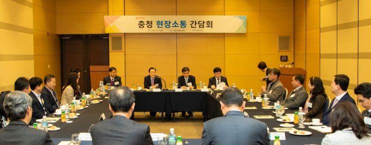 윤대희 신용보증기금 이사장(정면 좌측 두 번째)이 11일 대전에서 개최된 '열린혁신 충청 현장소통 간담회'에서 중소기업의 애로사항을 청취하고 있다.