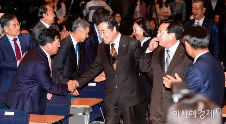 [포토]참석자들과 악수하는 이낙연 총리