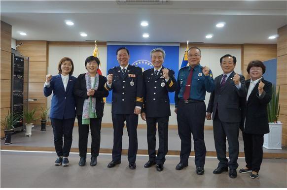 서영교 의원(왼쪽에서 두번째)과 김성구 중랑서장(오른쪽에서 세번째). (사진=서울중랑경찰서 제공)