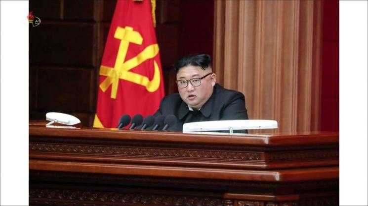 북한이 10일 노동당 중앙위원회 제7기 제4차 전원회의를 개최했다. 사진은 조선중앙TV가 11일 공개한 김정은 국무위원장의 모습.