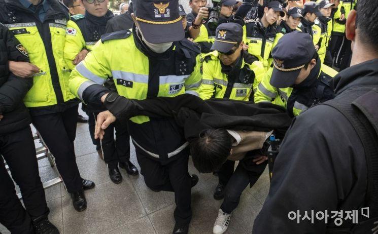 [포토] 대학생진보연합, 나경원 의원실 기습 점거 후 연행
