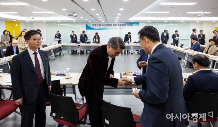 [포토] 참석자들과 인사하는 박양우 장관