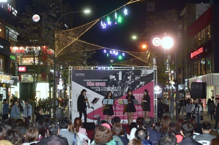 러브인씨엠 클래식 거리 공연 모습.