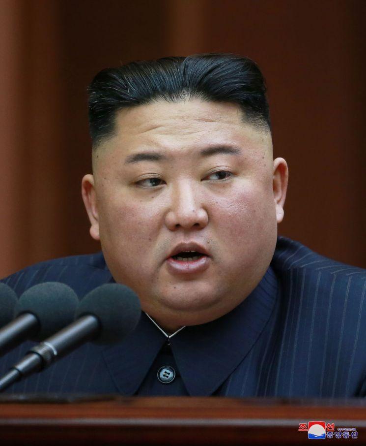 김정은 북한 국무위원장이 12일 열린 최고인민회의 제14기 제1차회의에서 시정연설을 하고 있다.  사진=조선중앙통신/연합뉴스