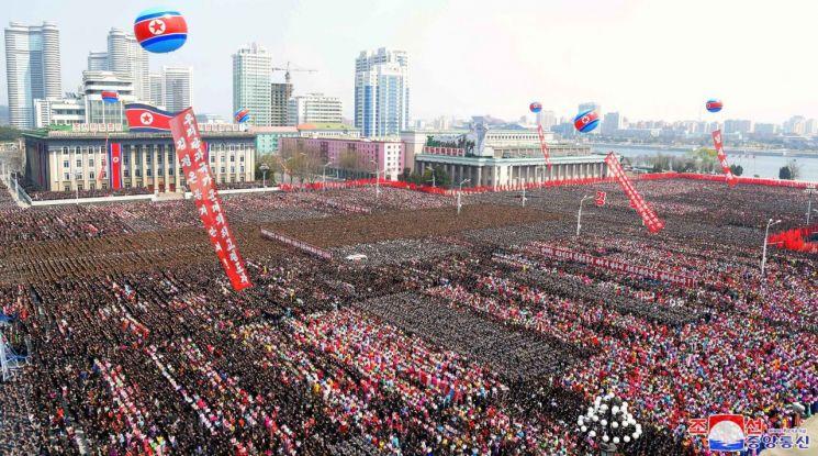 김정은 국무위원회 위원장 추대를 경축하는 중앙군중대회가 13일 평양 김일성광장에서 열렸다고 조선중앙통신이 보도했다.