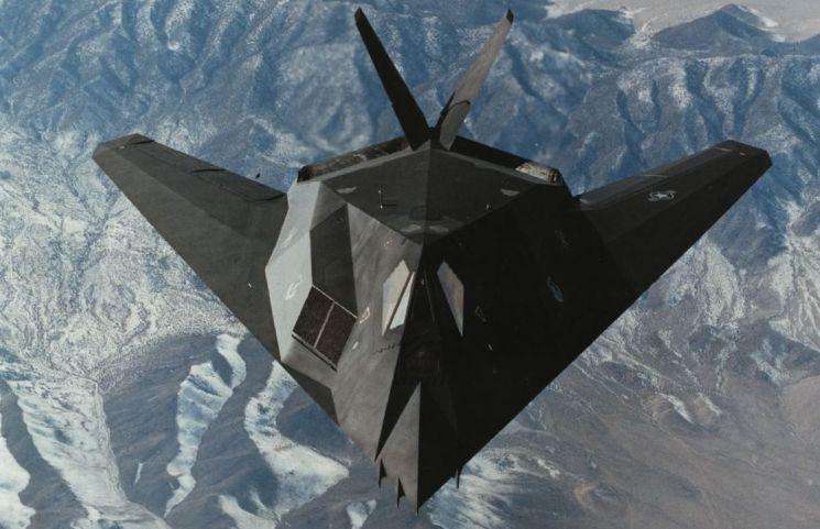 1999년 유고사태 당시 세르비아군의 대공미사일을 맞고 격추됐던 F-117 스텔스 전투기의 모습. 이 잔해는 이후 중국과 러시아에 유출된 것으로 추정되며, 중국은 이 잔해를 바탕으로 자국 스텔스 전투기인 J-20 개발에 들어간 것으로 알려져있다.(사진=록히드마틴사 홈페이지/www.lockheedmartin.com)