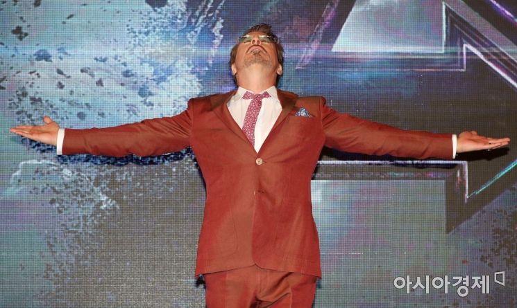 영화 '어벤져스: 엔드게임' 아시아 프레스 컨퍼런스가 15일 서울 종로구 포시즌스호텔에서 열렸다. 아이언맨 역할을 맡은 배우 로버트 다우니 주니어가 취재진 앞에서 포즈를 취하고 있다. /문호남 기자 munonam@