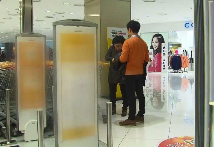 마트나 백화점에 설치된 도난방지기는 전자기 유도현상을 이용한 것입니다. [사진=유튜브 화면캡처]