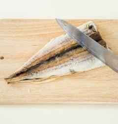 1. 북어는 찬물에 10분 정도 담갔다가 머리와 지느러미를 떼고 뼈를 발라낸 다음 물기를 꼭 짜서 껍질에 잔칼집을 넣는다.