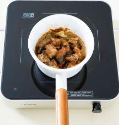 4. 분량의 간장 양념 재료를 모두 섞어 냄비에 넣고 한소끔 끓인다. 튀긴 북어를 넣어 중불에 3분 정도 은근하게 조려 통깨를 뿌린다.