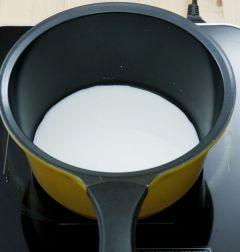 2. 우유 1/2컵은 따끈하게 데운다.