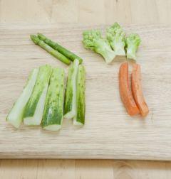 5. 채소는 손가락 두께의 5cm 길이로 썬다.