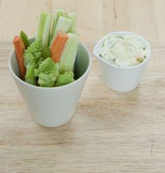 6. 소스 볼에 크림치즈를 담고 생채소를 곁들인다.