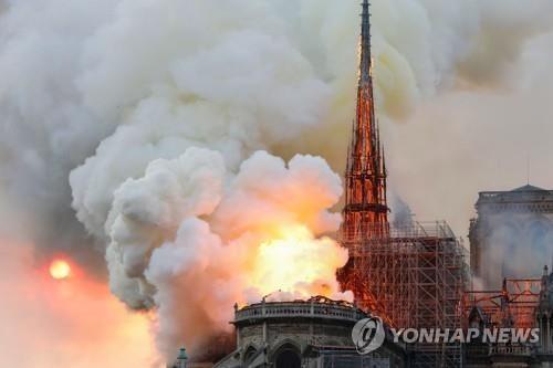 15일(현지시간) 프랑스 파리 노트르담 대성당에서 큰불이 나 후면 건물의 지붕이 무너졌다/사진=AFP 연합뉴스